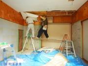 天井を剥がします。