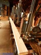 製材機に載せられたヒノキの床材