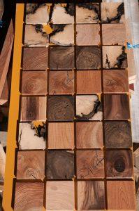 色々な木片の壁